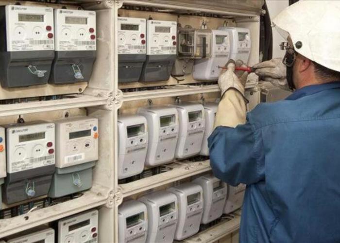 Documento documento contador de la luz manipulado por un operario